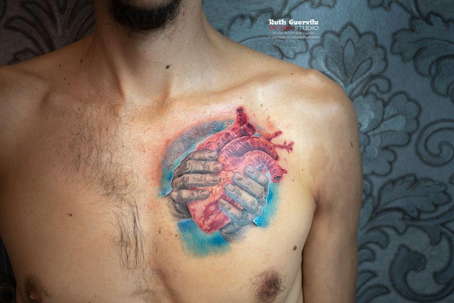 tatuaje realismo a color, Ruth Cuervilu Tattoo - KM13 Studio - Manos que sostienen el corazon, Ruth Cuervilu Tattoo - KM13 Studio - Leon rugiendo con escudo Athletic Bilbao, tatuaje a color guitarra, tatuaje mano, Ruth Cuervilu Tattoo - KM13 Studio, estudio tatuajes bilbao, erandio tattoos, tatuaje leioa