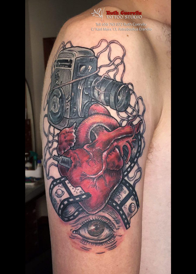 Ruth Cuervilu Tattoo - KM13 Studio - Super8-Corazon-ojo, Ruth Cuervilu Tattoo - KM13 Studio - Leon rugiendo con escudo Athletic Bilbao, tatuaje a color guitarra, tatuaje mano, Ruth Cuervilu Tattoo - KM13 Studio, estudio tatuajes bilbao, erandio tattoos, tatuaje leioa