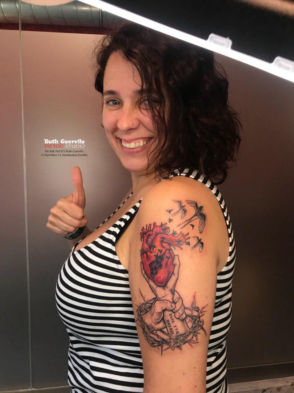 Corazon y manos mujer feliz - Ruth Cuervilu Tattoo - KM13 Studio - Estudio de tatuajes en Erandio, Bizkaia
