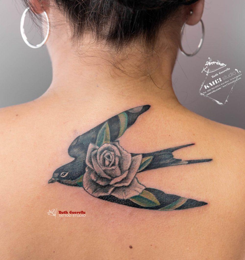Golondrina verde y Rosa - Ruth Cuervilu Tattoo - KM13 studio - Estudio de tatuajes en Astrabudua Erandio Bizkaia Bilbao Algorta Portugalete Basauri Barakaldo Getxo Gorliz Galdakao