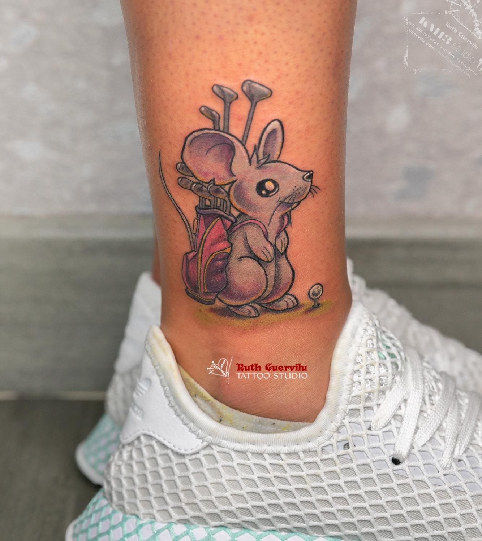 Tatuaje a color. Raton con palos de Golf - Ruth Cuervilu Tattoo - KM13 Studio - Estudio de Tatuajes en Astrabudua, Erandio. Bizkaia Bilbao