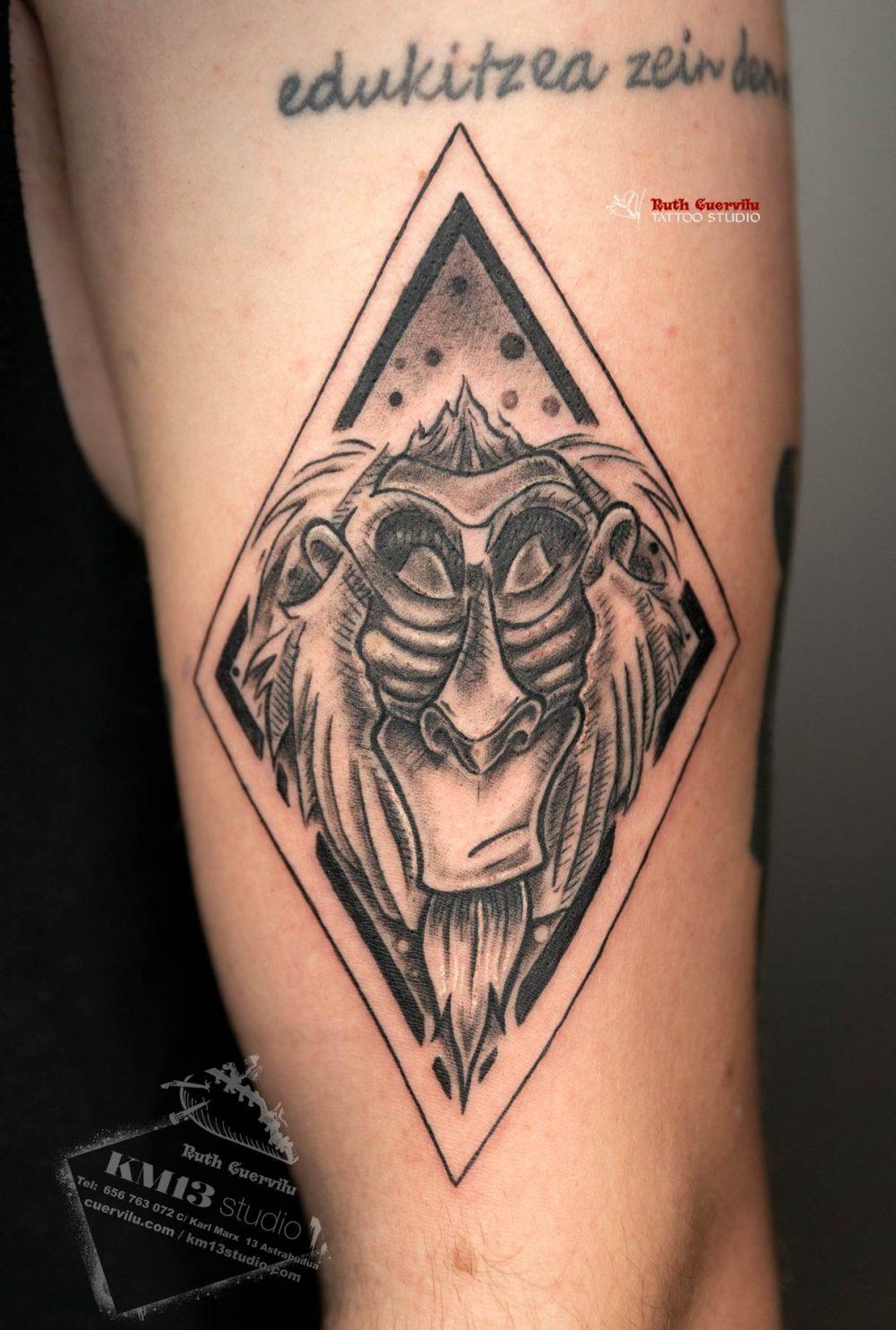 Tatuaje Rafiki Rey Leon Hakuna Matata - ruth cuervilu tattoo - km13 studio - estudio de tatuajes en astrabudua erandio bizkaia bilbao barakaldo portugalete, getxo, donostia gasteiz