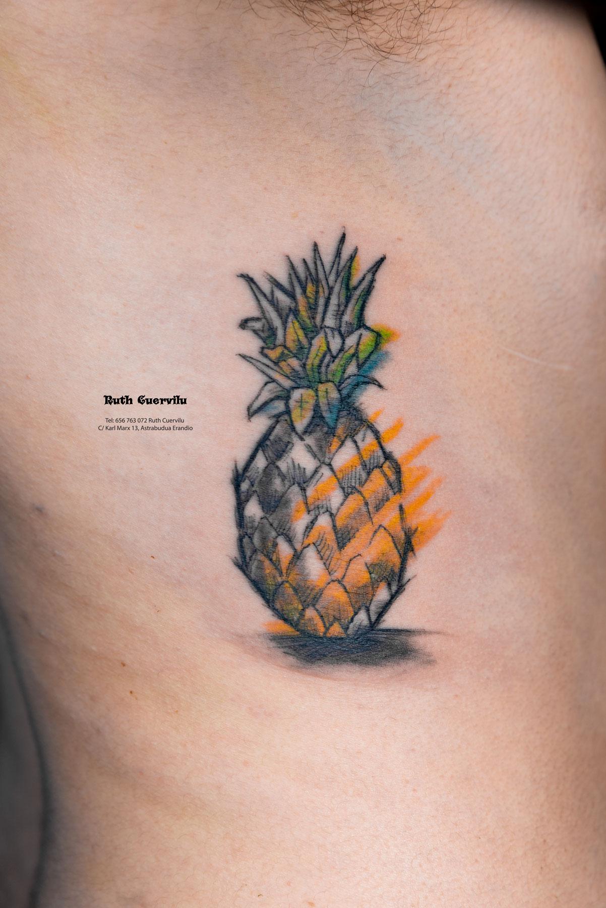 Tatuaje Piña y colores abstractos en Costillas - Ruth Cuervilu Tattoo - KM13 Studio - Estudio de tatuajes Astrabudua Erandio Bizkaia Bilbao Barakaldo Getxo Leioa Gasteiz