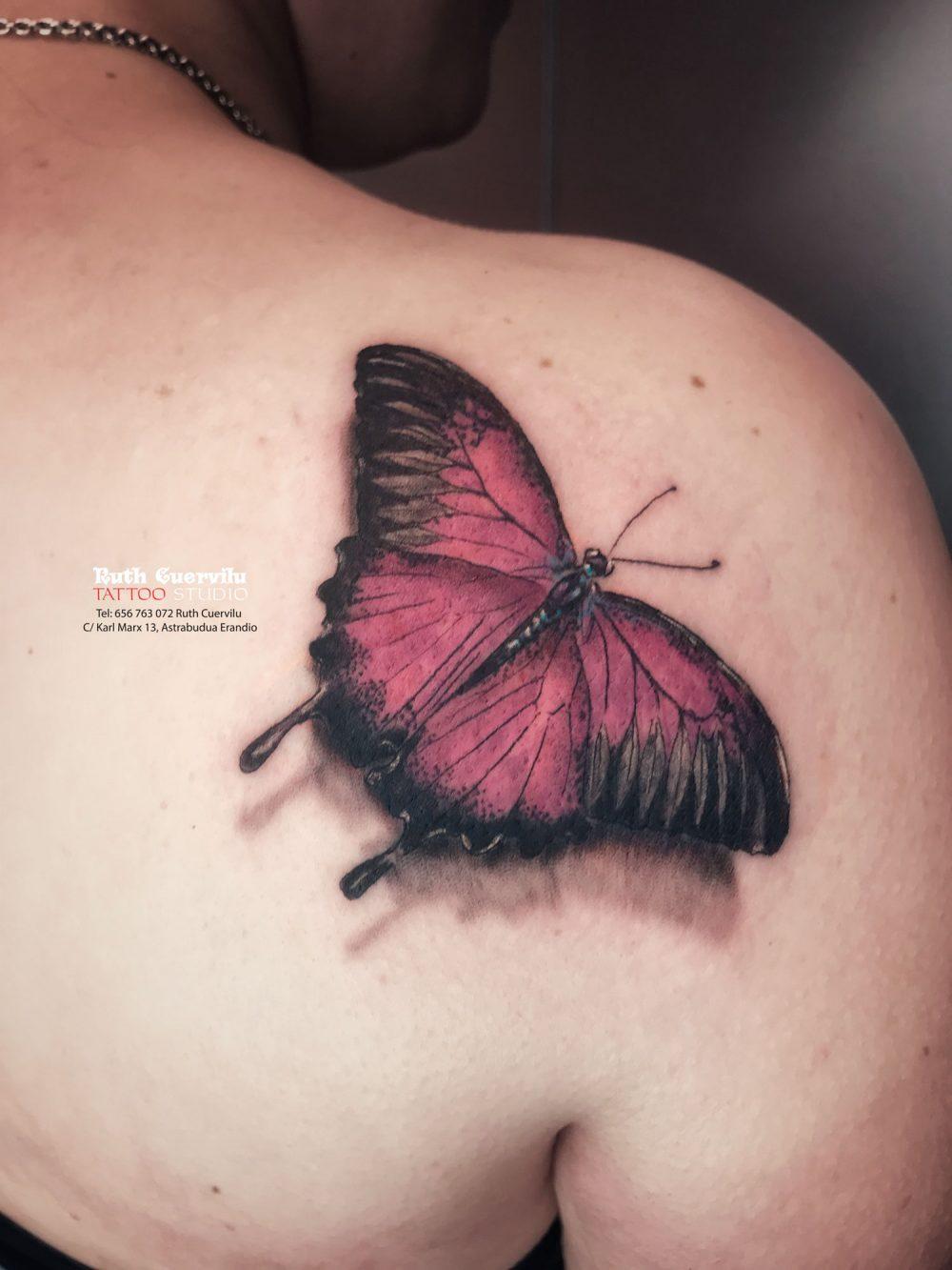 Tatuaje realista mariposa a color sobre hombro de mujer - El amor lo cambia todo - Ruth Cuervilu Tattoo - KM13 Studio - Estudio de tatuajes en Astrabudua-Erandio Bizkaia Bilbao Getxo Leioa Barakaldo Gasteiz