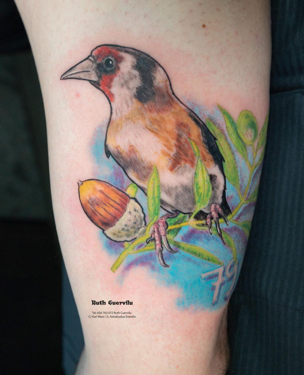 Tatuaje Jilgero y Bellota - Ruth Cuervilu Tattoo - KM13 Studio - Estudio de tatuajes en Astrabudua Erandio Getxo, Bilbao Bizkaia Basauri barakaldo portugalete Leioa Getxo